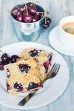 Skivor av hem- gjort smör körsbärsröd kaka med smulpajtoppning Arkivfoton
