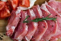 Skivor av kött som kryddas för förberedelse Royaltyfri Foto