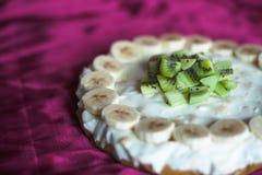 Skivor av kiwin på ostkakan med bananen Arkivbild