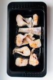 Skivor av lyrtorsken, i att baka maträtten Plattan av torsk- eller lyrtorskfiskfilén lät småkoka Laga mat som är processaa royaltyfri bild