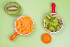 Skivor av mandarinen och kiwin Royaltyfri Bild