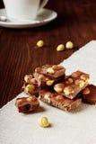 Skivor av mjölkar choklad med den tokiga closeupen Royaltyfri Bild
