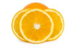 Skivor av mogna apelsiner som isoleras på vit Arkivbilder