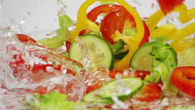Skivor av mogna grönsaker faller på tabellen lager videofilmer