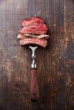 Skivor av nötköttbiff på köttgaffel Fotografering för Bildbyråer
