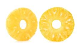 Skivor av ny ananas som isoleras på vit bakgrund arkivbild