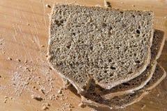 Skivor av nytt bakat bröd arkivfoton