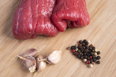 Skivor av nytt rått nötkött Fotografering för Bildbyråer