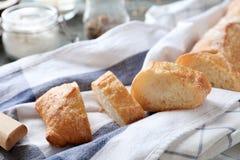 Skivor av nytt smakligt bröd på servett royaltyfri foto