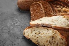 Skivor av nytt smakligt bröd på tabellen royaltyfri foto
