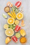 Skivor av olika frukter och kryddor royaltyfri fotografi