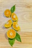 Skivor av orange nya citrusfrukter på träbakgrund arkivbilder