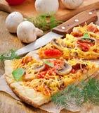Skivor av pizza Fotografering för Bildbyråer