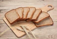 Skivor av rågbröd och öron av havre Royaltyfria Foton