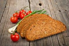 Skivor av rågbröd och tomater Royaltyfri Foto