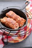 Skivor av torsk som slås in i bacon Royaltyfri Fotografi