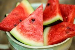 Skivor av vattenmelon i stor kopp Arkivbild