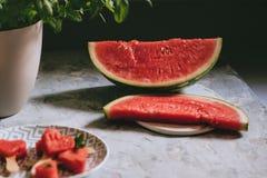 Skivor av vattenmelon på den lantliga tabellen Royaltyfri Fotografi