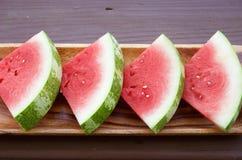 Skivor av vattenmelon på träbakgrund Royaltyfri Foto