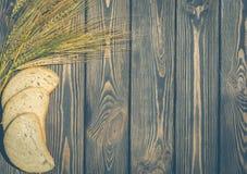 Skivor av vetebröd och veteöron Royaltyfri Foto