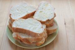 Skivor av vitt bröd som in blöts, mjölkar och ägget för att rosta på träbakgrund Royaltyfria Bilder