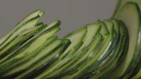 Skivor av zucchinin som faller p? tabellen Slowmotion makro arkivfilmer