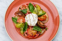 Skivor för för Caprese salladtomat och mozzarella med basilika Royaltyfria Foton
