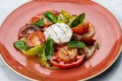 Skivor för för Caprese salladtomat och mozzarella med basilika Royaltyfri Fotografi