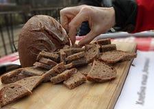 Skivor för nytt bröd på den lantliga tabellen Hemlagat bröd för stycken Högg av skivor av bröd bakgrundsbrödram som skjutas full Royaltyfri Fotografi