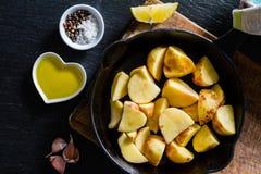 Skivor för rå potatis med örter, kryddor Fotografering för Bildbyråer