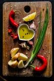 Skivor för rå potatis med örter, kryddor Royaltyfri Bild