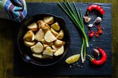 Skivor för rå potatis med örter, kryddor Royaltyfria Bilder