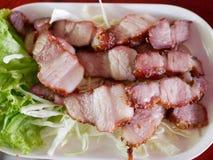 skivor för Thailändsk-stil kol grillade griskötthals, Kaw Moo Yang royaltyfria foton