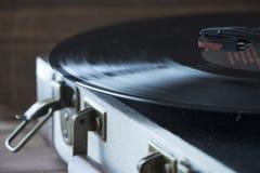 Skivspelare för gammal stil av vinyldisketten med visaren och plattan, hem- hemtrevligt aftonlynne royaltyfri fotografi
