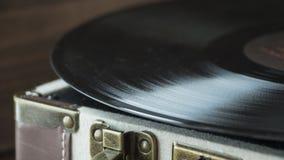 Skivspelare för gammal stil av vinyldisketten med visaren och plattan, hem- hemtrevligt aftonlynne arkivfoto
