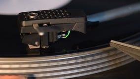 Skivspelare som spelar ett gammalmodigt tappningvinylrekord lager videofilmer