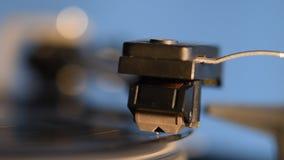 Skivspelare som spelar ett gammalmodigt tappningvinylrekord stock video