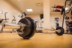 Skivstång för att viktutbildning ska bygga muskeln på konditionrum Fotografering för Bildbyråer