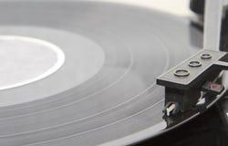 Skivtallrik med nålspring längs ett vinylrekord Royaltyfri Fotografi
