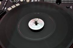 Skivtallrik på dj-musikdäck Arkivbilder