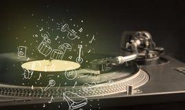 Skivtallrik som spelar klassisk musik med symbol drog instrument Fotografering för Bildbyråer
