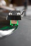 Skivtallrik som spelar upp vinyl som är nära med visaren på rekordet arkivfoton
