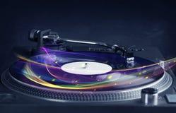 Skivtallrik som spelar vinyl med glödande abstrakta linjer Royaltyfri Bild