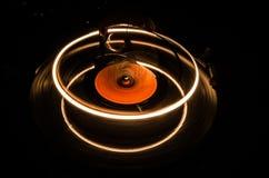 Skivtallriken som spelar vinyl med glödande abstrakt begrepp, fodrar begrepp på mörk bakgrund Selektivt fokusera Arkivbild