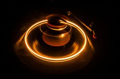 Skivtallriken som spelar vinyl med glödande abstrakt begrepp, fodrar begrepp på mörk bakgrund Selektivt fokusera Arkivfoton