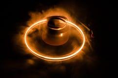 Skivtallriken som spelar vinyl med glödande abstrakt begrepp, fodrar begrepp på mörk bakgrund Selektivt fokusera Royaltyfri Foto