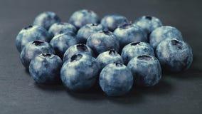 Skivtallrikskott av en hög av blåbär 4k stock video