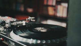 Skivtallrikvinylskivspelare Retro ljudutrustning för diskjockey Solid teknologi för att discjockeyn ska blanda & som spelar musik arkivfilmer