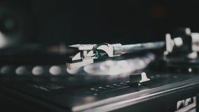 Skivtallrikvinylskivspelare Retro ljudutrustning för diskjockey Solid teknologi för att discjockeyn ska blanda & som spelar musik stock video