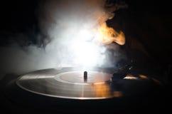 Skivtallrikvinylskivspelare Retro ljudutrustning för diskjockey Solid teknologi för att discjockeyn ska blanda & som spelar musik arkivfoto